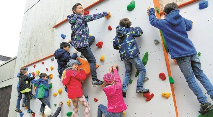 Die Boulderwand in Affstätt wird bereits gut in Anspruch genommen GB-Foto: Holom