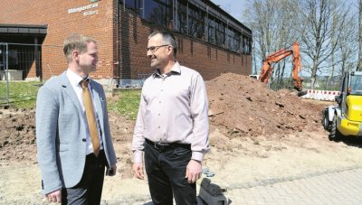 Rektor Eugen Blumenstock (links) und Konrektor Jochen Fouquet besichtigen die Baustelle  GB-Foto: Holom