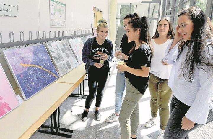 Bilder einer Ausstellung in der Gemeinschaftsschule Bondorf  GB-Foto: Holom
