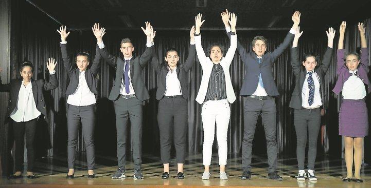 Hände hoch: Top-Manager suchen einen neuen Job. Eine Szene aus dem Theaterstück am Pfarrwiesen-Gymnasium  GB-Foto: Staber