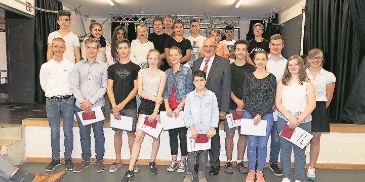 Holzgerlingens Bürgermeister Wilfried Dölker inmitten der Gewinner des diesjährigen Sozialpreises. Insgesamt 28<br/>Schülerinnen und Schüler konnte er auszeichne ...