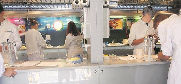 Der Biotechnikum-Truck des Bundesministeriums für Bildung war zu Gast im Pfarrwiesen-Gymnasium  GB-Foto: gb