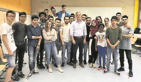 Der scheidende Bundestagsabgeordnete Clemens Binninger hat ein Versprechen wahr gemacht und hat sich mit Schülern der Vorbereitungsklasse des Gymnasiums in den Pfarr ...