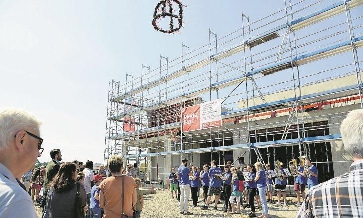 Noch hat die Schule kein Dach - das soll aber in den Sommerferien kommen  GB-Foto: Holom