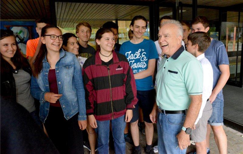 Konrektor Wolfgang Häbich (hier mit Neuntklässlern) fällt der Abschied vom SGH nicht leicht  GB-Foto: Holom