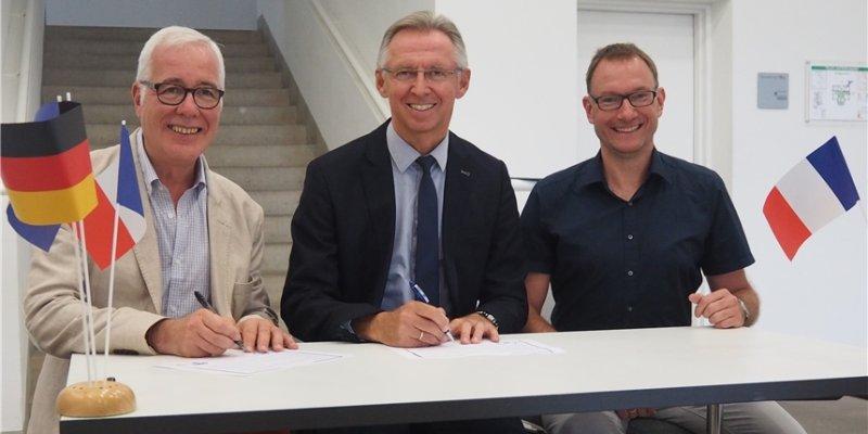 Wieder Schüleraustausch zwischen den Partnerstädten: Jean-Michel Fritz aus Corbeil-Essonnes (links) unterschreibt die Vereinbarung mit Christian Gangl (Sindelfingen ...
