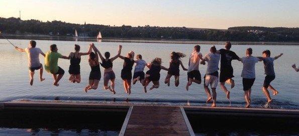 Schüler des sechsjährigen beruflichen Gymnasiums in Böblingen auf Studienfahrt: Kleiderschwimmen am Möhnesee  GB-Fotos: gb
