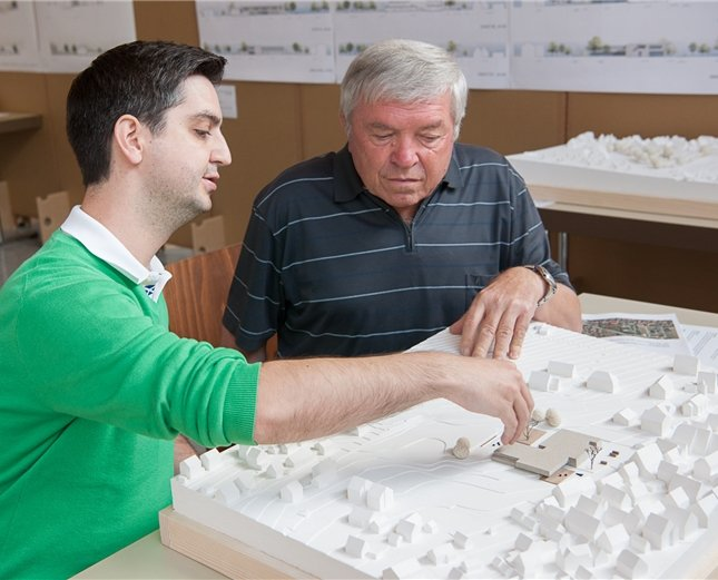 Nicolas Spannbrucker (links) von der Gemeindeverwaltung erklärt dem Interessenten Karl Sautter das Siegermodell, das nun Grundlage für den Schulneubau in Altingen s ...