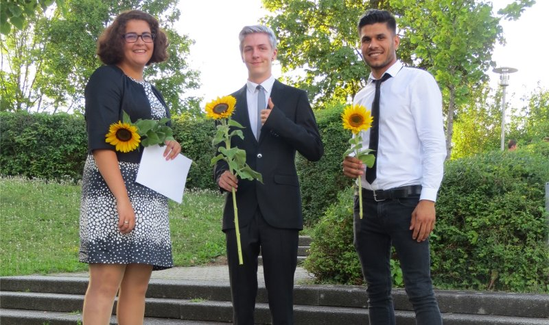 Die Preisträger des Gedichte-Wettbewerbs (von links): Samantha Krohne (2. Platz), Alexander Greiner (1. Platz) und Abdullghahar Tajik (3. Platz)  GB-Foto: gb