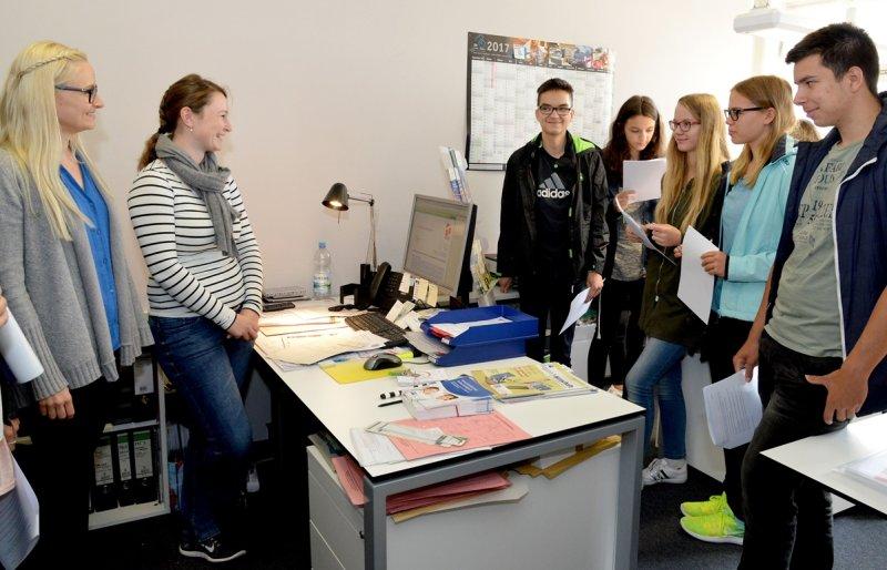 Beim Schulferien-Firmentag bei der Stadtverwaltung besuchten Schüler gestern auch das Amt für Wirtschaftsförderung und Kultur  GB-Foto: Holom