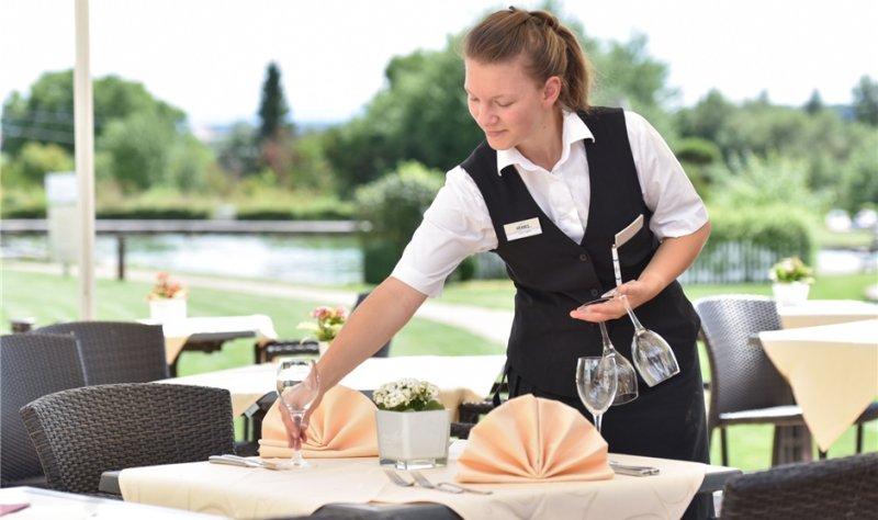 Julia Egeler absolviert eine Ausbildung als Hotelfachfrau im Nebringer Hotel Aramis GB-Foto: Vecsey