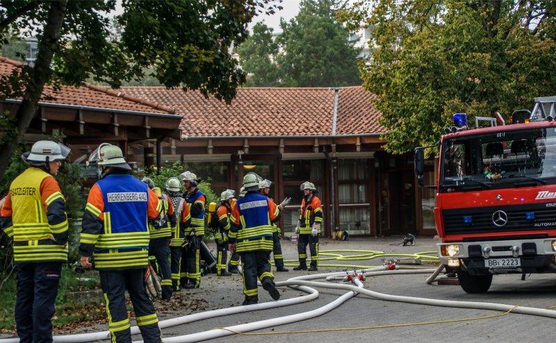 Mit 40 Mann vor Ort: Die Herrenberger Wehr beim Brand in der Friedrich-Fröbel-Schule  GB-Foto: SDMG/Dettenmeyer