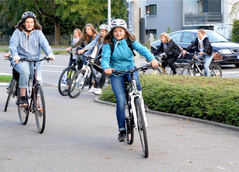Beim Schulradlerprojekt begleiten ältere Radler die neuen Fünftklässler auf ihrem Schulweg  GB-Foto: Holom