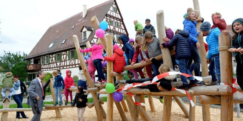 Unter großem Jubel der Kinder wurde das Klettergerüst gestern offiziell seiner Bestimmung übergeben  GB-Foto: Holom