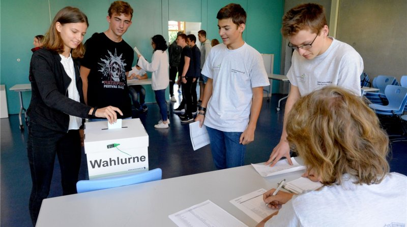 Ilias Kontos und Tim Turek (stehend von rechts) haben die Juniorwahl vorbereitet  GB-Fotos: Holom