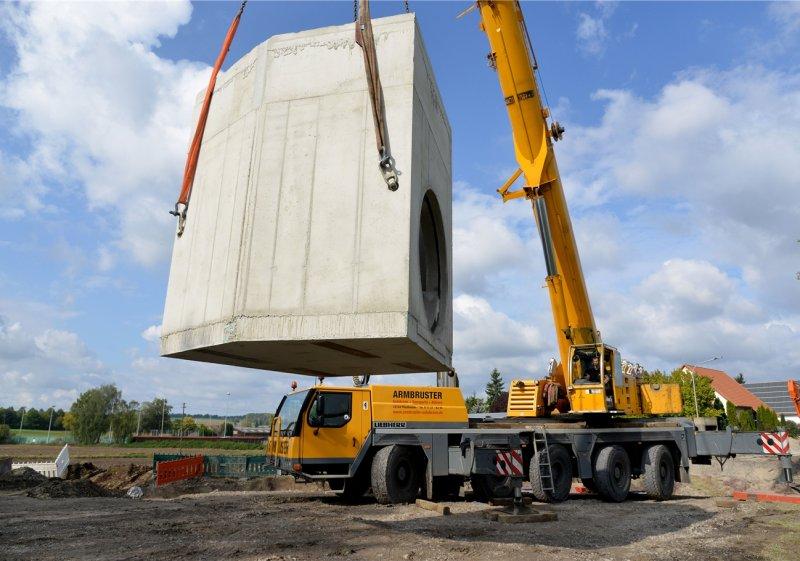 In der Altinger Straße: Ein 32 Tonnen schweres Kanalelement wird in Gültstein eingebaut  GB-Foto: Holom