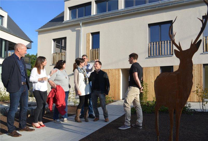 """Bei der Einweihung des """"Hirschen-Ecks"""" hatten Joachim Marquardt, Geschäftsführer des Immobilienunternehmens (links), Mitarbeiter und Bewohner ausreichend Zeit für Gespräche  GB-Foto: Holom"""