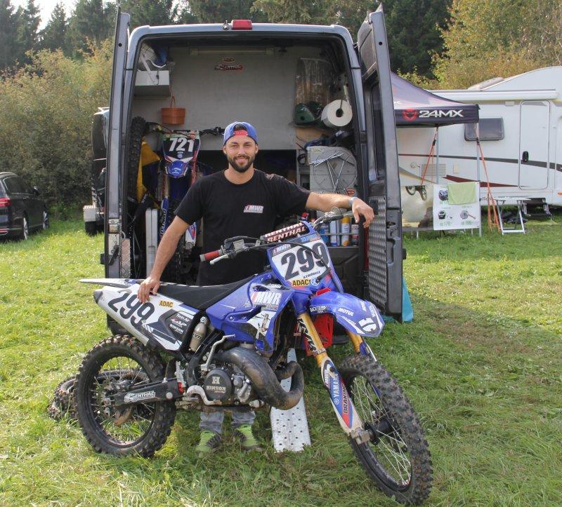 Sascha Ströbele steht mit seinem Kleinlaster eher am Rand des Fahrerlagers GB-Foto: tob