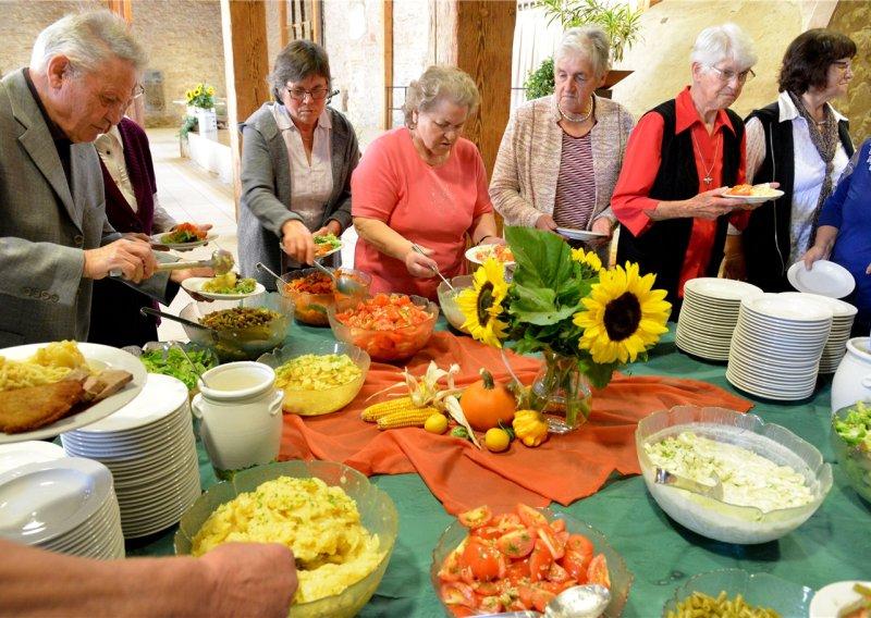 In der Bondorfer Zehntscheuer feierten die Landfrauen Geburtstag - standesgemäß natürlich mit selbst gemachter Verköstigung  GB-Foto: Holom