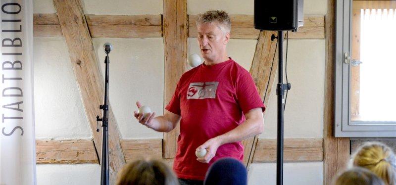 Jaromir Konecny in der Stadtbibliothek: Poetry Slam vom Feinsten GB-Foto: Holom