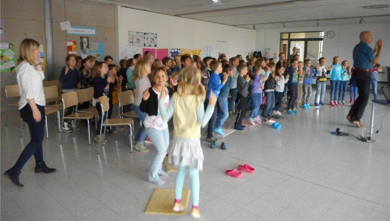 Bei der Lesung mit Mathias Jeschke tanzen die Kinder zu den Vokalen  GB-Foto: gb