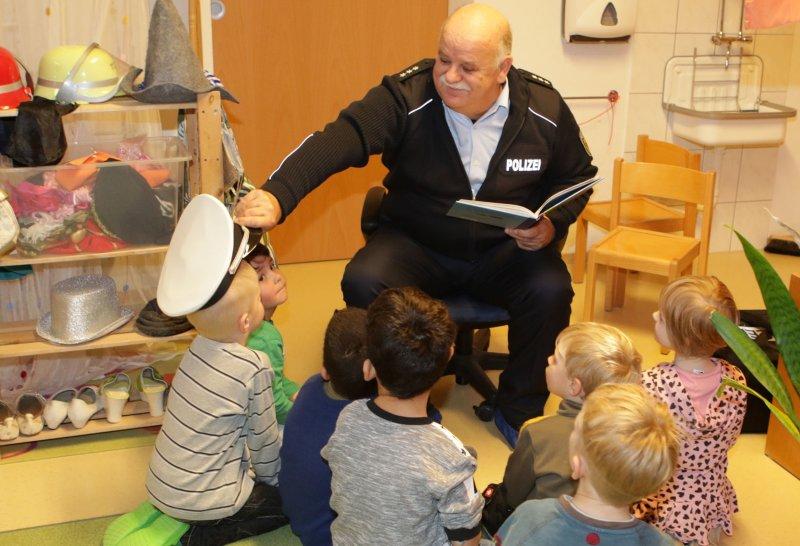 Die magische Polizeimütze: Berthold Hauser sorgt für einen unterhaltsamen Vormittag GB-Foto: Bäuerle
