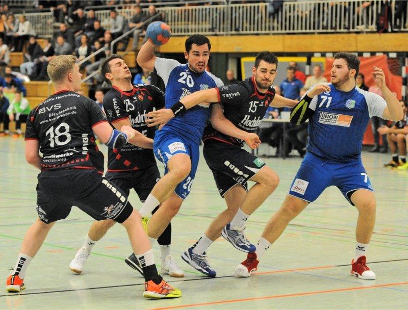 Mächtig was los am Kreis: Viernheims Philipp Gunst (Nummer 20) muss sich gegen Sascha Marquardt (von links), Dominic Rose und Max Fuhrmann durchsetzen  GB-Foto: Eibner