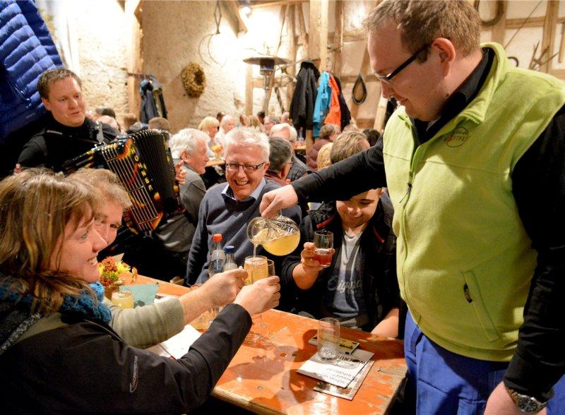 Ralf Brendle unterhält am Akkordeon die rund 1000 Gäste, die an beiden Tagen zum Mostfest kommen  GB-Foto: Holom