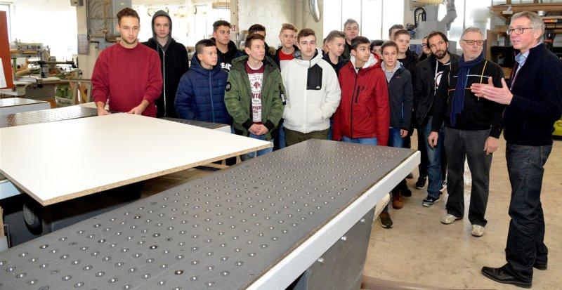 Die Schüler der Theodor-Schüz-Realschule führt Manfred Diether (rechts) durch den Betrieb  GB-Foto: Holom