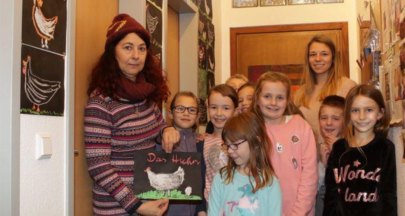 Ariane Haschka (links) und die kleinen Künstler vor den Hühnerbildern GB-Foto: Bäuerle