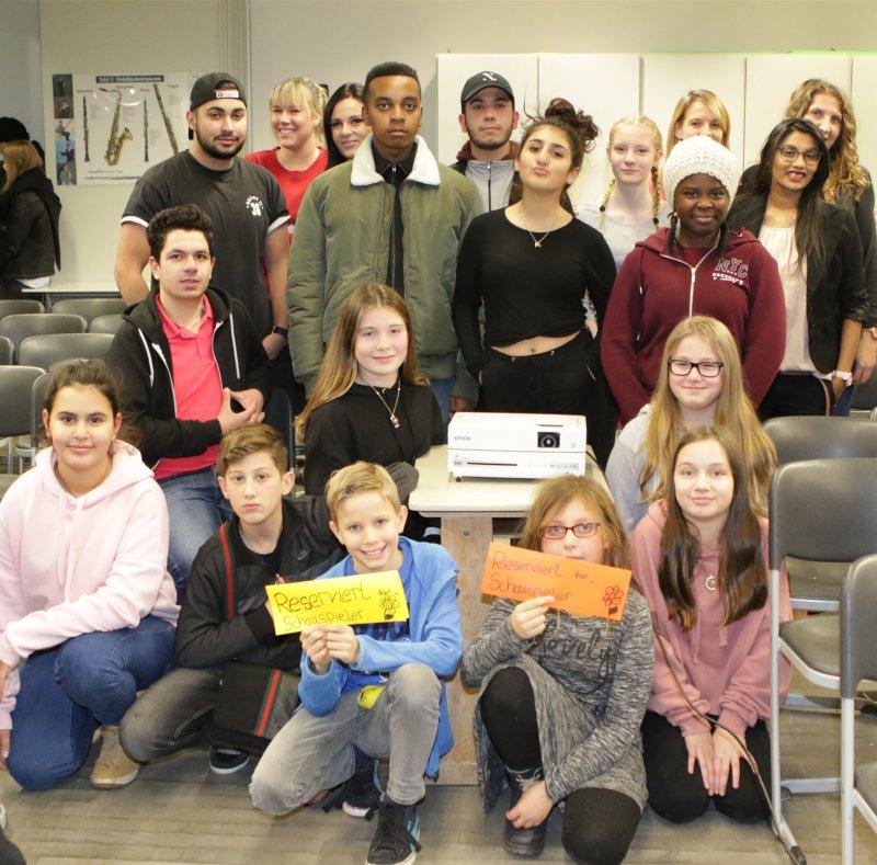 Alle Schauspieler und die Lehrer am Set  GB-Foto: Bäuerle