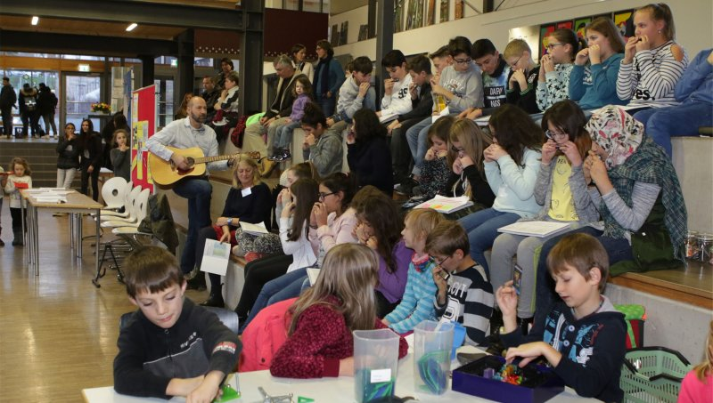 Lehrer Thomas Westermann singt zu Beginn mit der Klasse 6 die Schulhymne  GB-Foto: Bäuerle