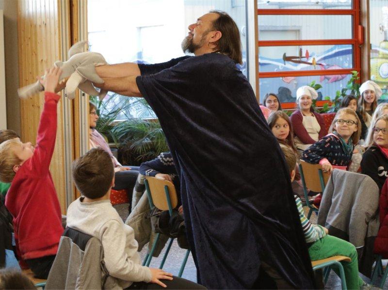 Die Junge Oper Detmold bringt Schülern der Albert-Schweitzer-Schule in Herrenberg die Welt der Oper näher  GB-Foto: Bäuerle