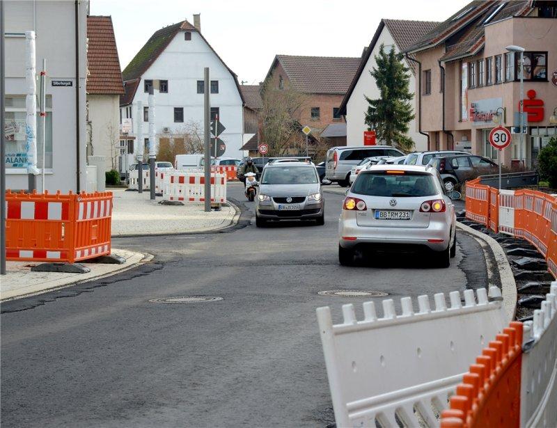 Ortsdurchfahrt mit Baustellen-Flair: Noch bis Ende Februar kann man durch Nufringen kurven  GB-Foto: Holom