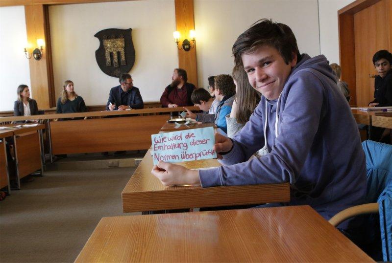 Richard Szymanski, einer von rund 60 AGH-Schülern gestern im Ratssaal, mit seiner Frage an den OB  GB-Foto: Bäuerle