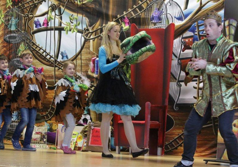"""Vor cartoon- artigem Bühnenbild: """"Die Zauberflöte"""" weckt in Kindern die Liebe zur Oper GB-Foto: Bäuerle"""