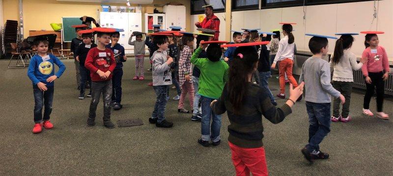 Spielerisch lernen Kinder in der Pfalzgraf-Rudolf-Schule, wie sie auf Konflikte reagieren sollen GB-Foto: Peters