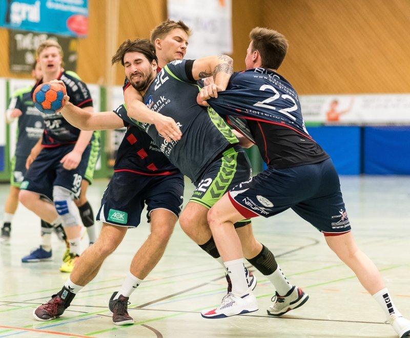 Jannis Mezger (links) und Alexander Zürn versuchen nach Kräften den Gästespieler Nikolaj Unser am Torabschluss zu hindern - doch am Ende spielte der TVS Baden-Baden den dynamischeren Handball  GB-Foto: Eibner