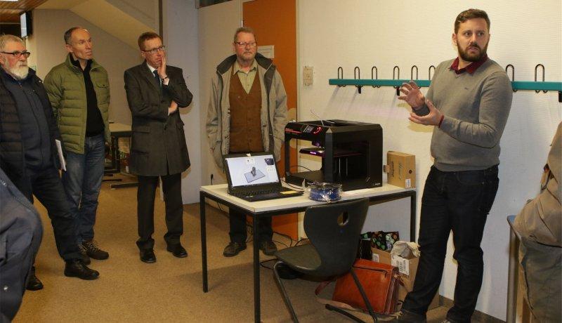 Konrektor Philipp Lochmüller führt die Gemeinderäte um Bürgermeister Hans Michael Burkhardt (Dritter von links) durch die Schule und zeigt einen 3-D-Drucker  GB-F ...