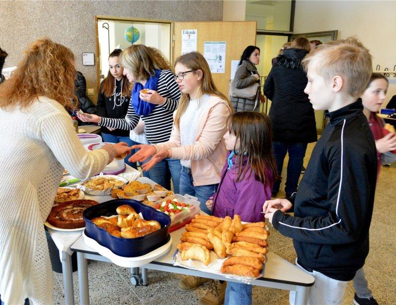 Beim Tag der offenen Tür verkauften die Schüler auch leckeres Gebäck und andere Speisen  GB-Foto: Holom
