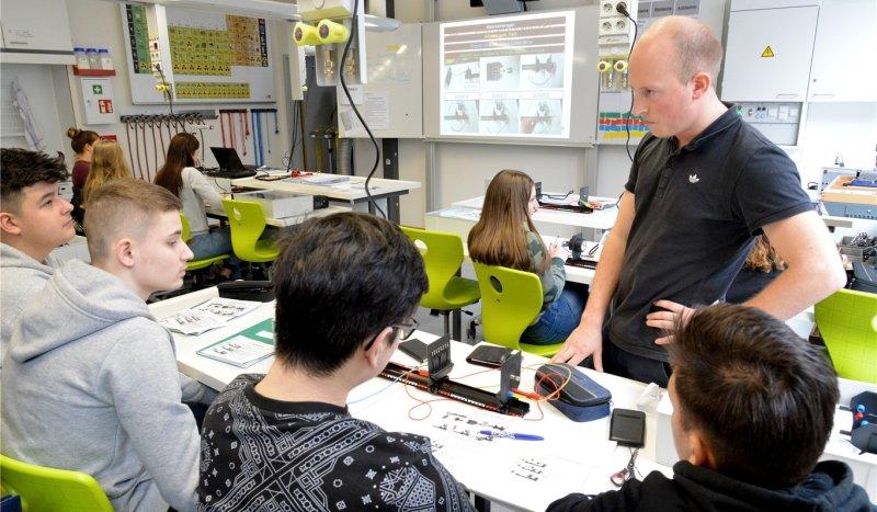 Im neuen Physik- und Chemieraum: Lehrer Albrecht Syring leitet Neuntklässler zu Experimenten an  GB-Fotos: Holom