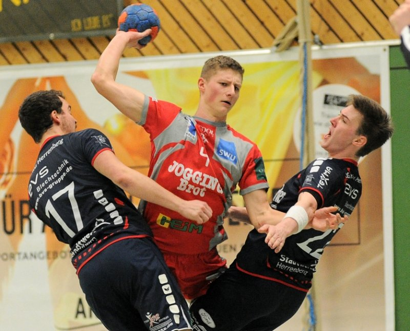 Die Gäste feierten am Ende den Punktgewinn wie einen Sieg: Aron Czako (TSG Söflingen) ist in dieser Szene von Marcel Kohler (links) und Alexander Zürn nicht aufzuhalten  GB-Foto: Eibner