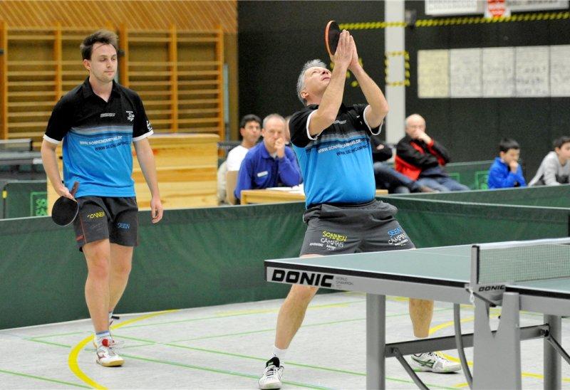 Beschwor vergeblich die Tischtennis-Götter: Goran Kocic (rechts, im Doppel mit Daniel Hartmann)  GB-Foto: Holom