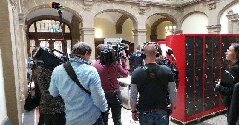 Großes Medieninteresse herrscht von Beginn an vor dem Landgericht Tübingen GB-Foto: gb