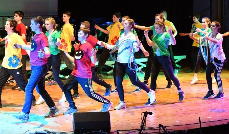 Rund 200 Schüler standen im Laufe des Abends auf der Bühne der Stadthalle  GB-Foto: Holom