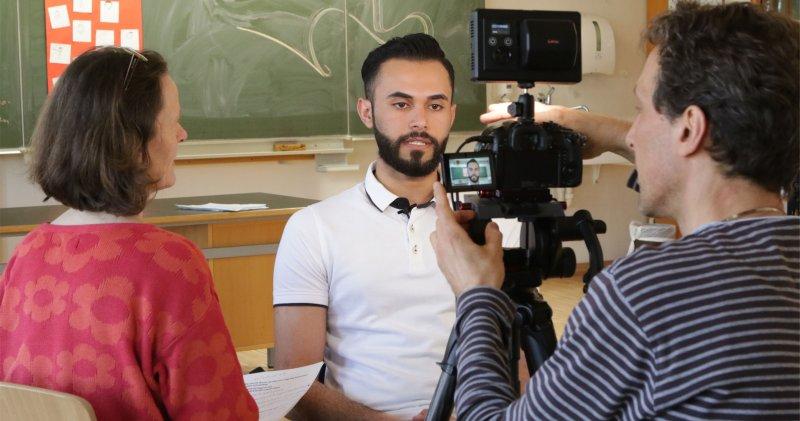 Kamera läuft: Ali Musawi steht bei seinem Videoclip im Rampenlicht  GB-Foto: Bäuerle