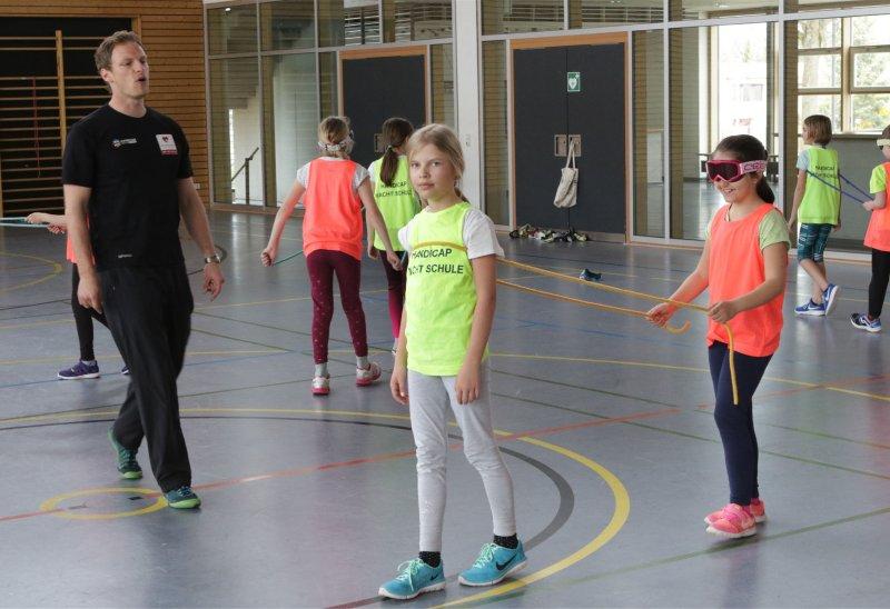 Benjamin Zoll führt die Kinder mit Aufwärmübungen an den Blindenfußball heran  GB-Foto: Bäuerle