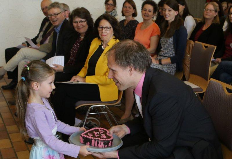 Das kommt von Herzen: Wolfgang Barwig erhält ein Geschenk von Erstklässlern  GB-Foto: Bäuerle