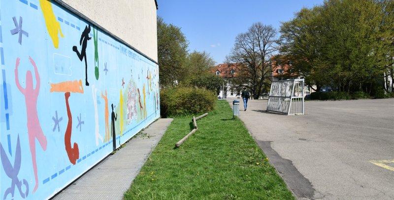 Eine Grauzone in der städtischen Schulhofordnung: Der Eingangsbereich der Albert-Schweitzer-Schule wird immer wieder verwüstet, der Hof ist gleichzeitig vielgenutzt ...