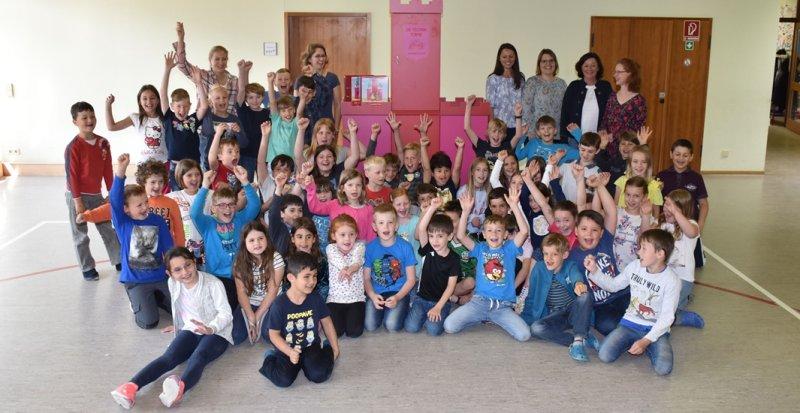 Die Grundschüler freuen sich über die neuen Techniktürme  GB-Foto: gb